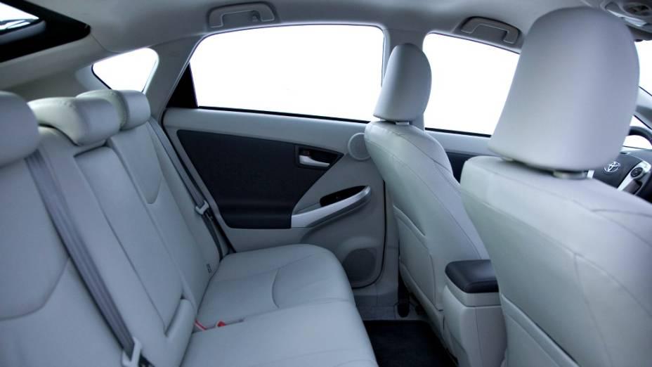 O Prius vem equipado com dois tipos de motores, um a combustão, movido a gasolina, e outro elétrico. Juntos, eles geram 134 cv de potência combinada