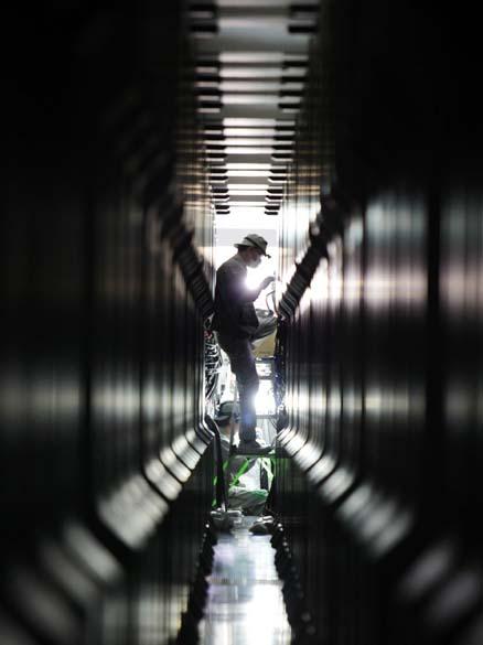 Trabalhadores instalam o computador K, o mais rápido do mundo, em um laboratório na cidade de Kobe, Japão