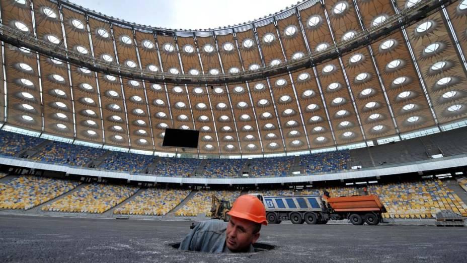 Trabalhador na construção de estádio para a Eurocopa 2012 em Kiev, Ucrânia