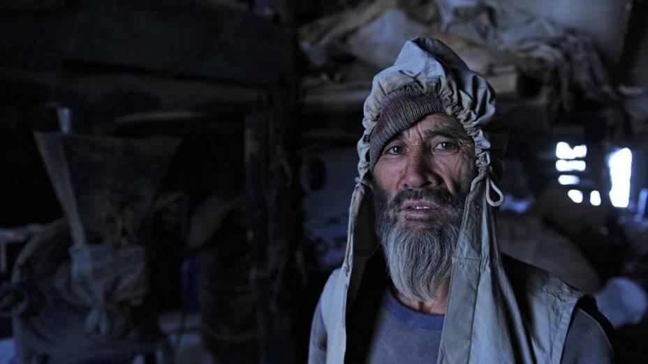 Trabalhador afegão no centro de Cabul, Afeganistão