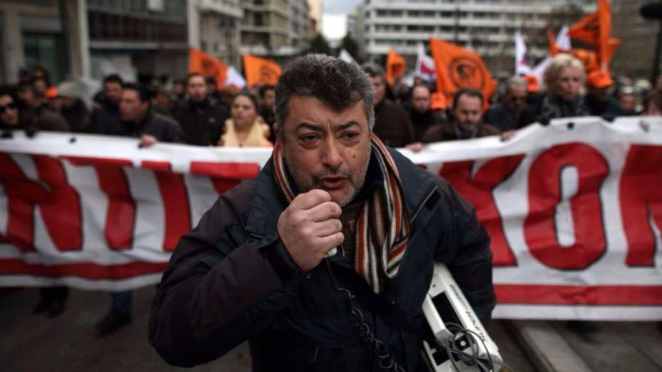 Trabalhadores da Corporação Pública de Eletricidade durante protesto contra ajustes econômicos do governo em Atenas, Grécia