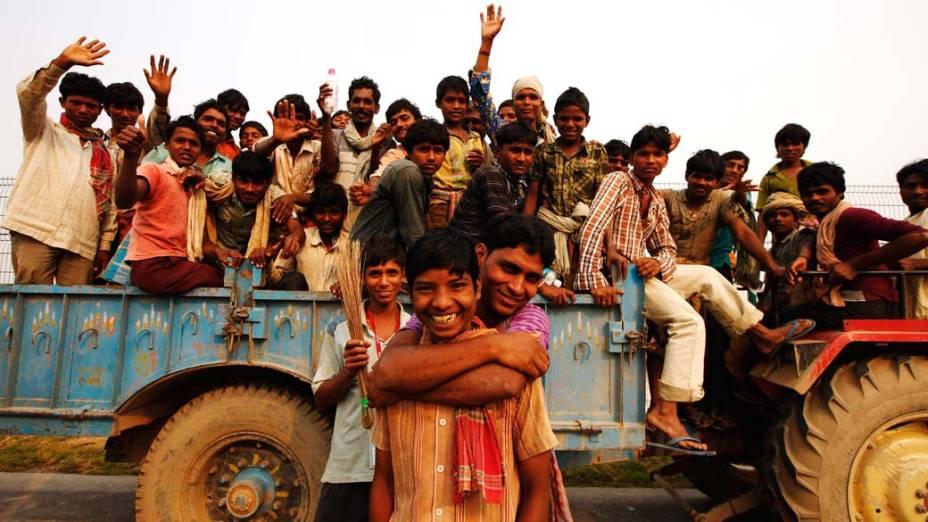 Trabalhadores transportados em caminhão durante os preparativos do GP da Índia de F1 em Noida, na Índia