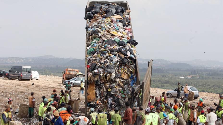 Trabalhadores no lixão de Gramacho, em Duque de Caxias, Rio de Janeiro. O local será desativado em breve