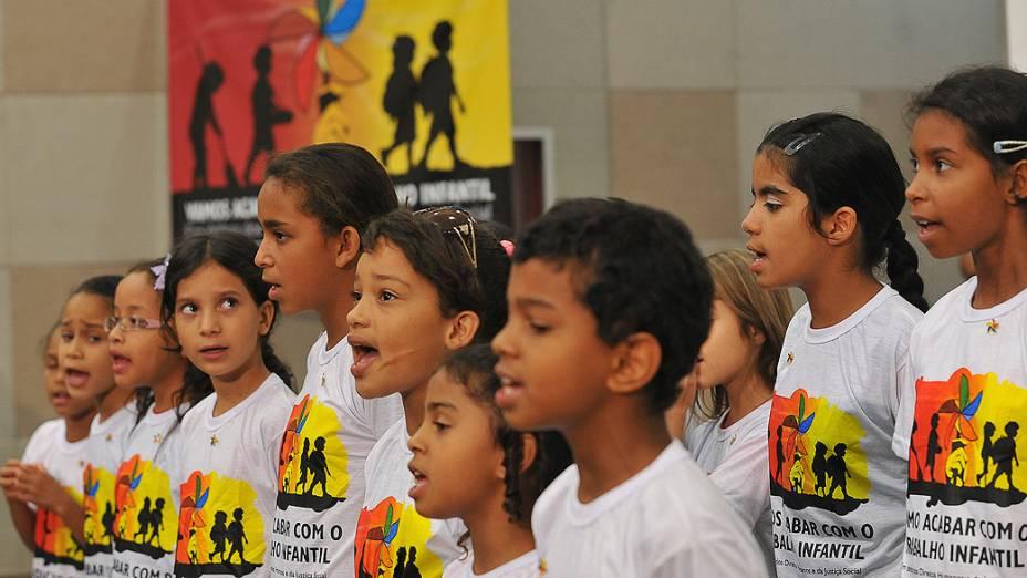 Crianças, da Estrutural, uma das áreas mais pobres do Distrito Federal, participam do lançamento da campanha do Dia contra o Trabalho Infantil 2012, cujo lema neste ano é Vamos acabar com o Trabalho Infantil
