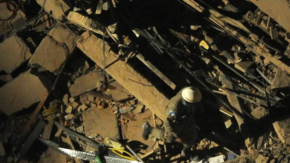 Trabalhos de resgate após o desabamento de prédios na Cinelândia, centro do Rio de Janeiro