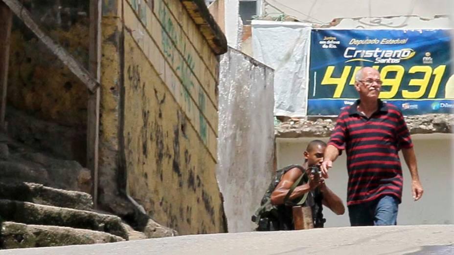 Na sexta-feira, dia 26 de novembro, traficante é visto na favela da Grota, no Rio de Janeiro