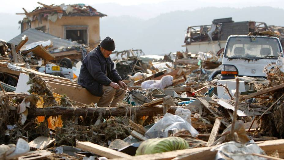 Japonês observa restos das casas da cidade de Rikuzentakata, após o forte tsunami que atingiu a cidade