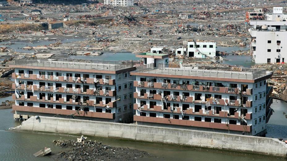 Prédios na cidade de Minamisanriku atingidos por tsunami e terremoto