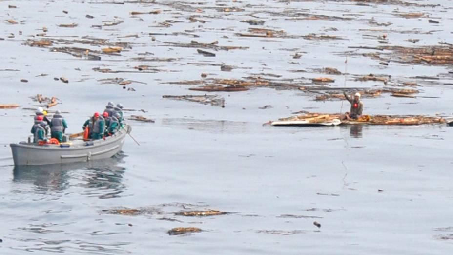 Hiromitsu Shinkawa, 60 anos, é resgatado pela marinha japonesa após passar dois dias agarrado ao telhado de sua casa