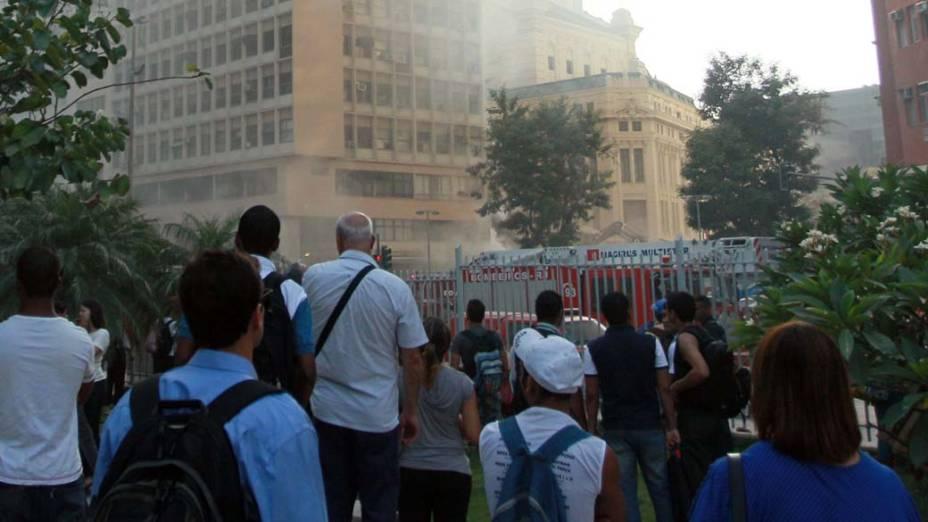 Pessoas observam o trabalho dos bombeiros nesta manhã após o desabamento de 3 prédios no Rio de Janeiro, na noite do dia 25 de janeiro