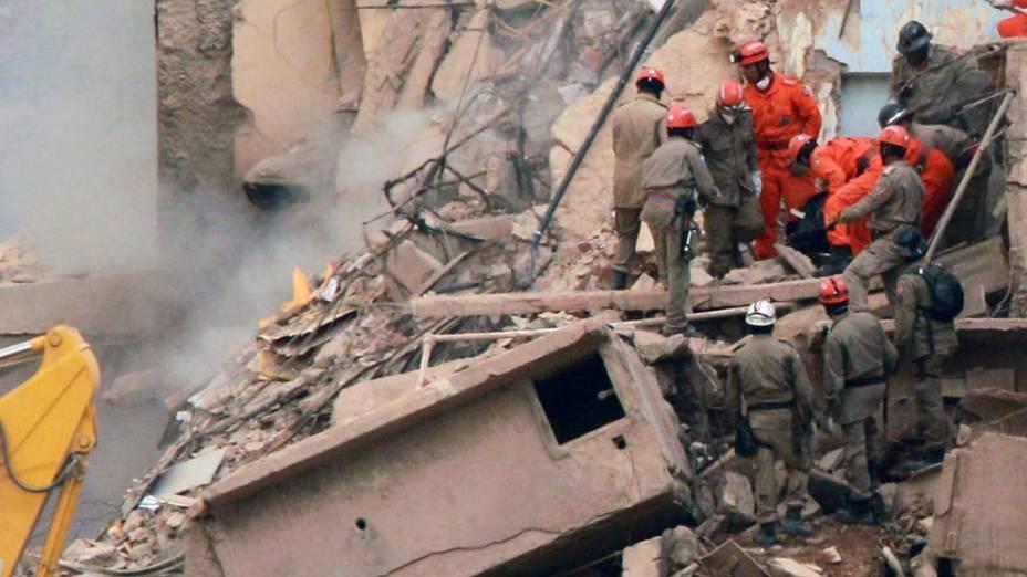 Bombeiros retiram corpo dos escombros nesta manhã (26/01) do desabamento de 3 prédios no Rio de Janeiro, na noite do dia 25 de janeiro