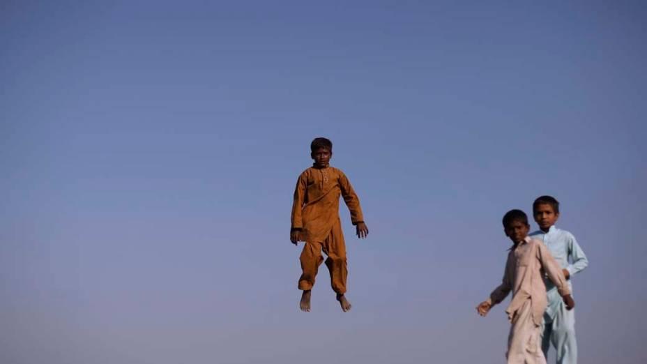 Paquistaneses brincam em trampolim, na província de Punjab