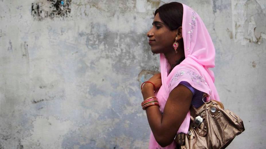 Em Katmandu, transexual espera pelo primeiro-ministro do Nepal, Baburam Bhattarai, para discutir os direitos de seu gênero