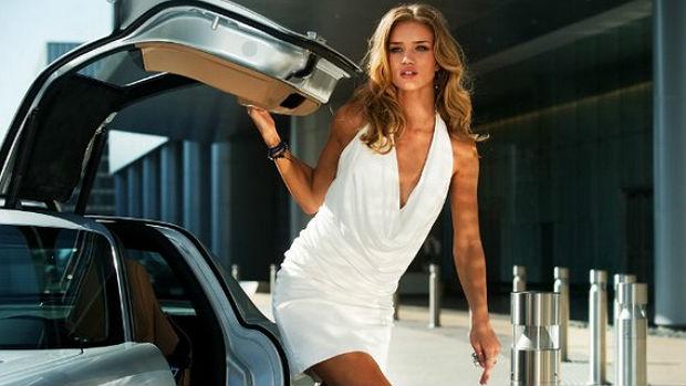 Depois de participar da campanha de 2008 da Burberry, Rosie Huntington-Whiteley participou do filme <em>Transformers</em>, em 2011