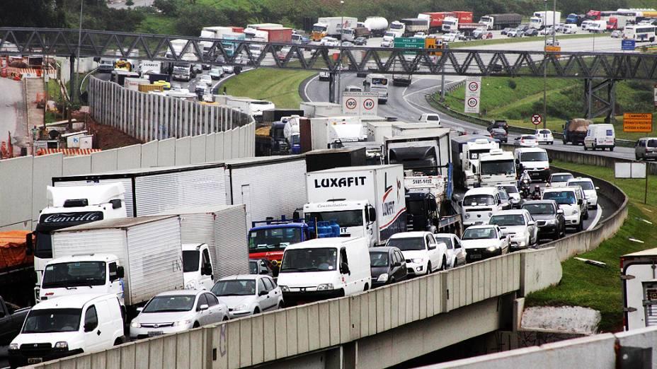 O trânsito na cidade de São Paulo apresenta lentidão na manhã desta quarta-feira (14), véspera de feriadão