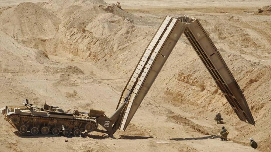 Exército israelense realiza treinamento no deserto de Negev