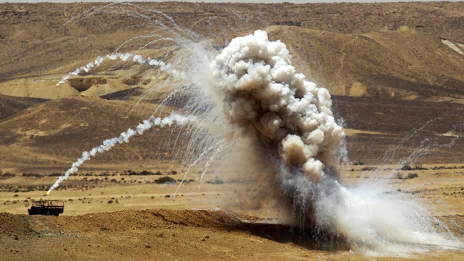 Fumaça ergue-se durante treinamento do exército militar israelense
