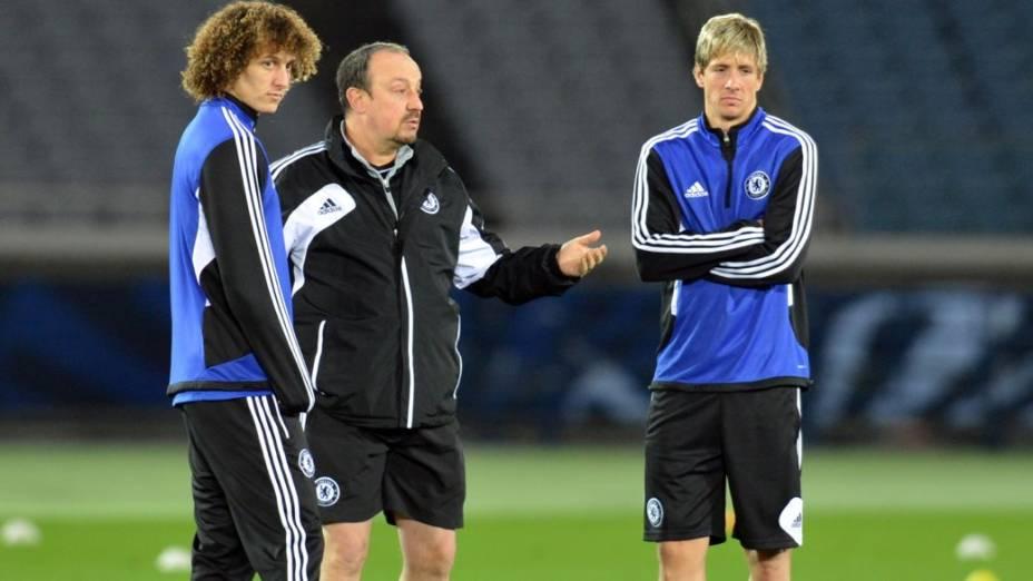 O técnico do Chelsea, Rafa Benítez, entre David Luiz e Fernando Torres, em treino antes da estreia no Mundial de Clubes