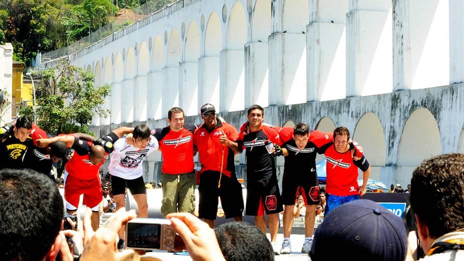 Erick e sua equipe no octogono durante treino livre do UFC, no Rio de Janeiro