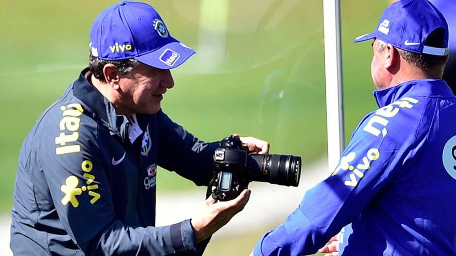 Parreira tira fotos durante treino da seleção, em 02/07/2014