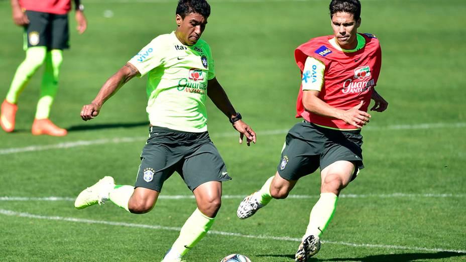 Paulinho durante treino da seleção, em 02/07/2014