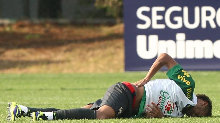 Neymar sente dores no treino da seleção brasileira em Seul, antes do amistoso com a Coreia do Sul