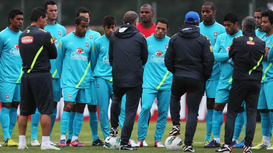 Mano Menezes conversa com os jogadores durante treino da seleção brasileira em São Paulo