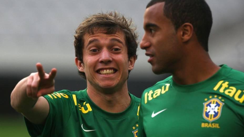 Bernard e Lucas no treino da seleção brasileira em Seul