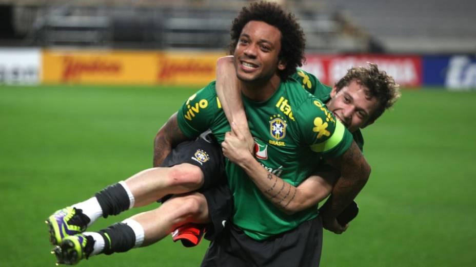 Marcelo e Bernard no treino da seleção brasileira em Seul