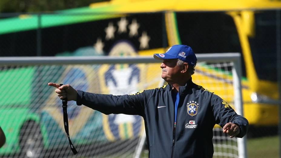 O técnico da Seleção Brasilera, Luiz Felipe Scolari, durante o treino deste sábado (31) na Granja Comary, em Teresópolis