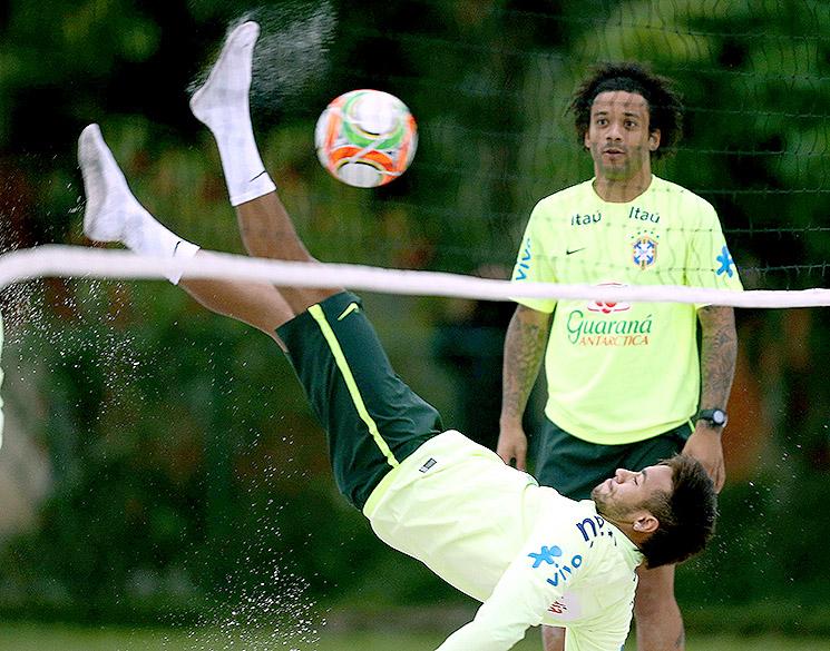Neymar dá uma bicicleta durante o treino na areia da seleção brasileira, em Teresópolis