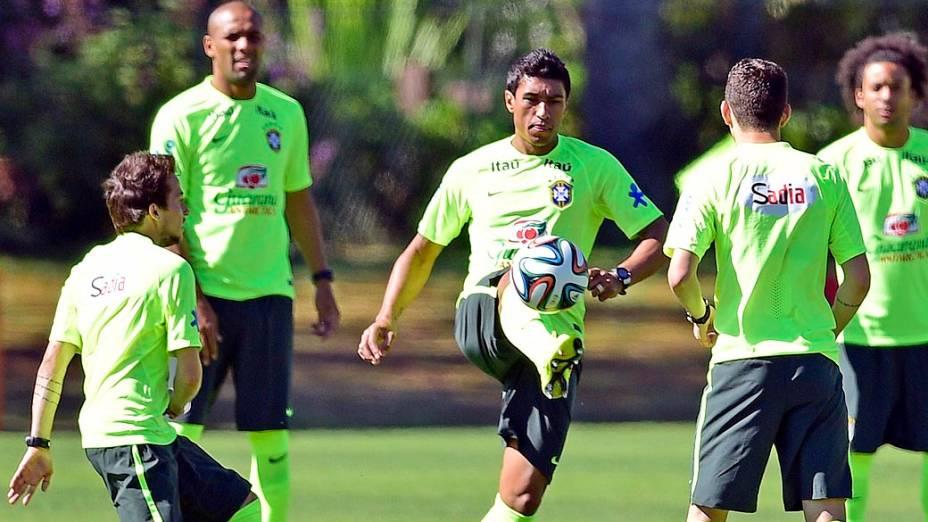 Paulinho, volante da seleção brasileira de futebol durante treino na Granja Comary, em Teresópolis, nesta sexta-feira (30)