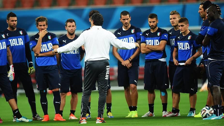O técnico Cesare Prandelli comanda o treino da seleção italiana, na Arena Amazônia em Manaus