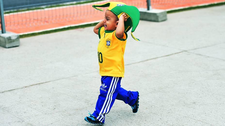 Menino assiste ao treino da seleção brasileira no Itaquerão, em São Paulo