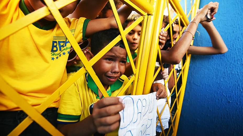 Menino segura uma folha com o nome de David Luiz durante o treino do Brasil no Castelão, em Fortaleza