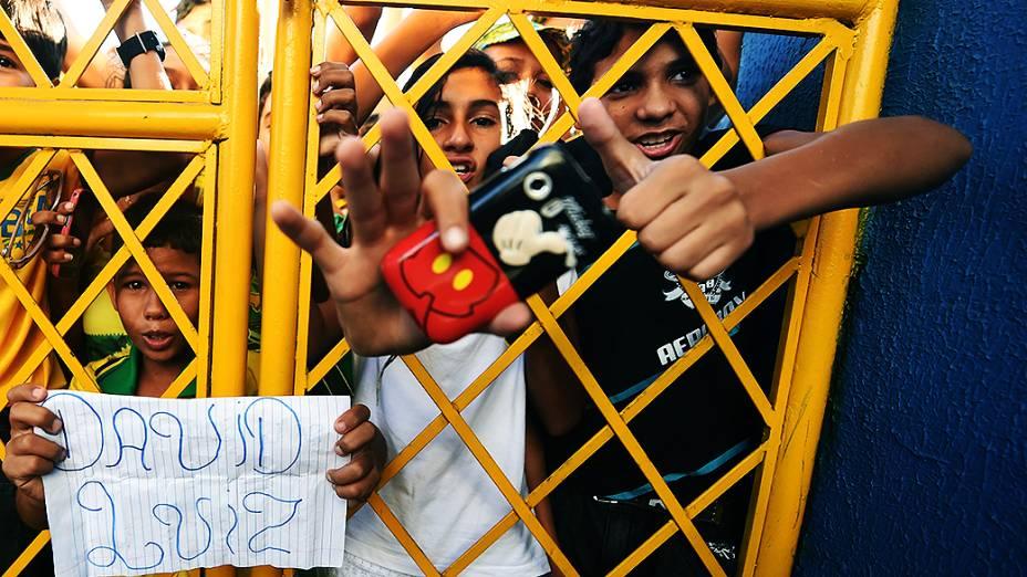 Torcedores se amontoam no portão da Arena Castelão durante o treino do Brasil, em Fortaleza