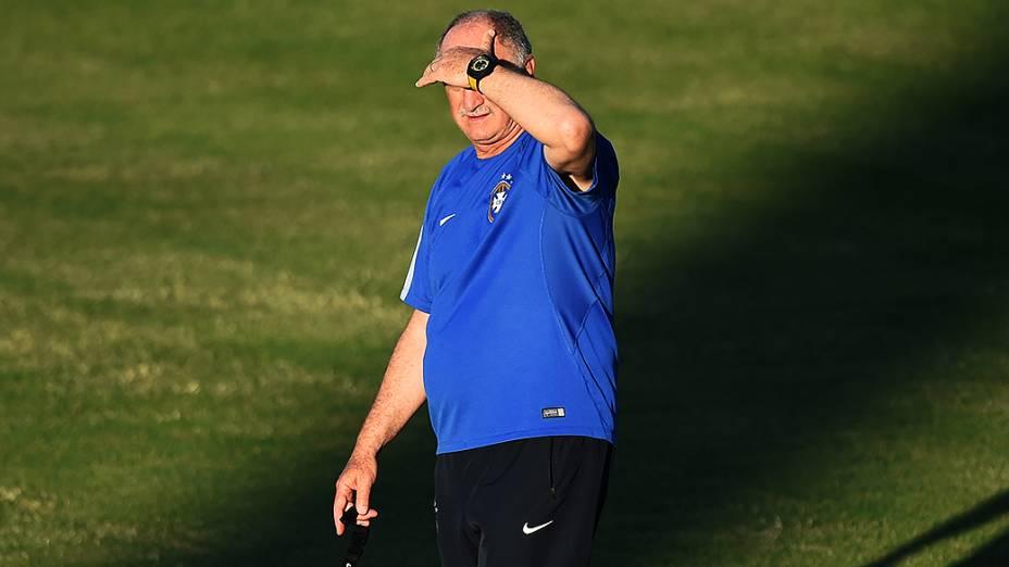 O técnico Luiz Felipe Scolari durante o treino da seleção brasileira, antes do jogo contra a Colômbia no Castelão, em Fortaleza