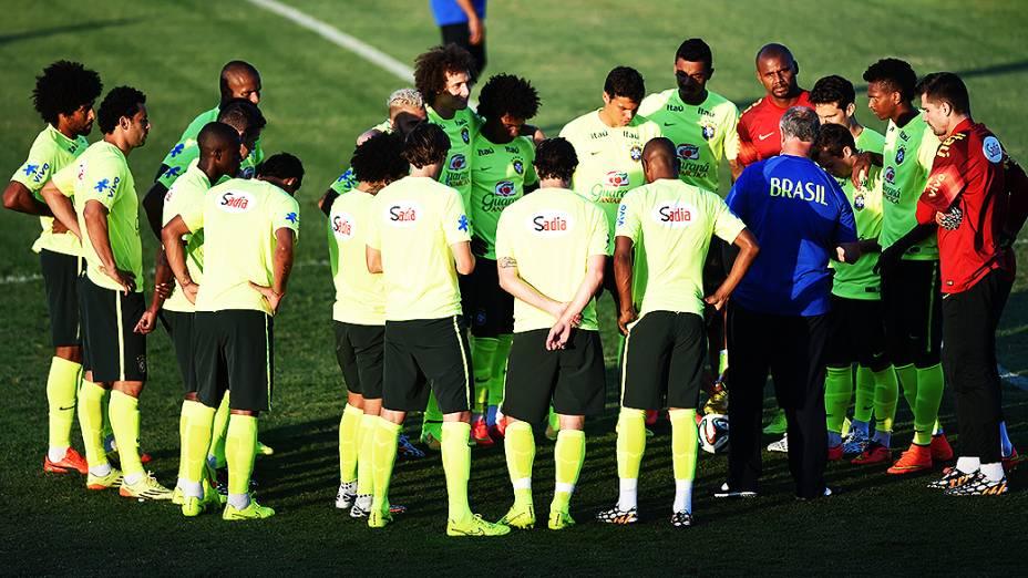 Jogadores da seleção brasileira se reúnem durante treino antes do jogo contra a Colômbia no Castelão, em Fortaleza