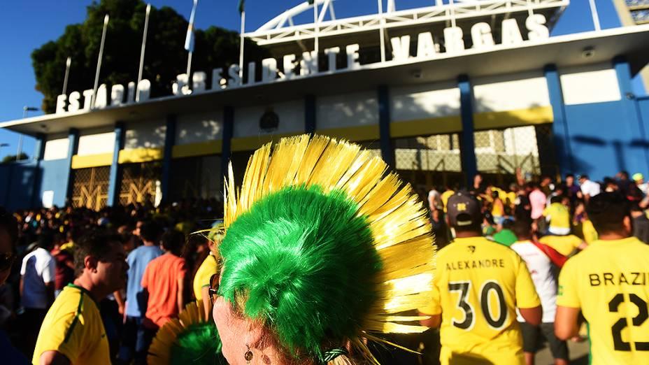 Torcedores lotam os entornos do Castelão durante o treino do Brasil, em Fortaleza