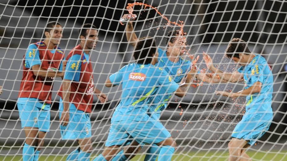Jogadores fazem brincadeira com Oscar, que fez aniversário na véspera do jogo contra a China, no Recife