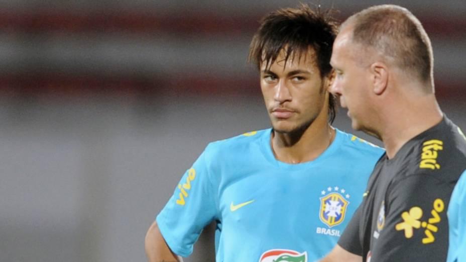 Neymar recebe instruções de Mano Menezes no treino deste domingo, no Recife