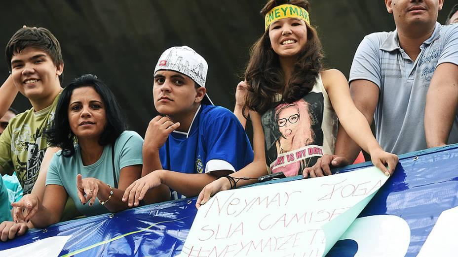 Torcedores acompanham o treino da seleção brasileira antes do amistoso contra o Panamá, em Goiânia