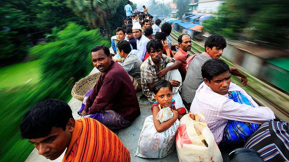 Passageiros sobre o teto de um trem superlotado que faz o trajeto de Dhaka em direção a Jamalpur, em Bangladesh