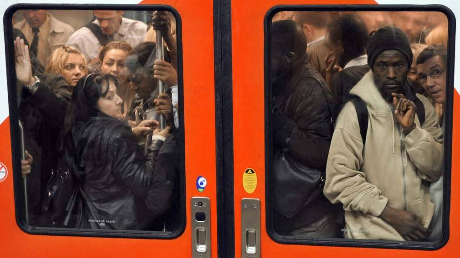 Em Paris, trem lotado durante dia em que as operações dos trens foram reduzidas devido a greve dos funcionários, que pedem aumento salarial