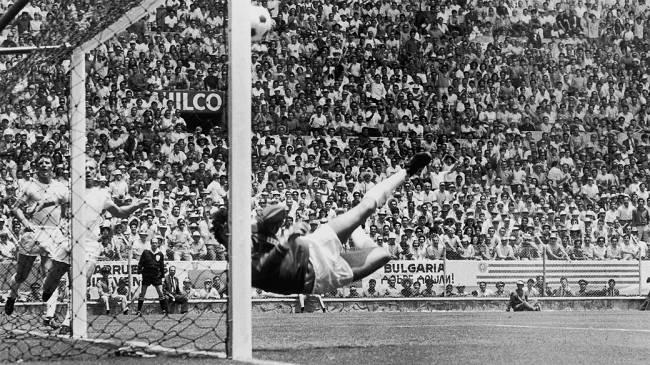 """Gordon Banks, da Inglaterra, defendendo uma cabeçada de Pelé; o lance, na Copa do México-1970, ficou conhecido como """"a defesa do século"""""""
