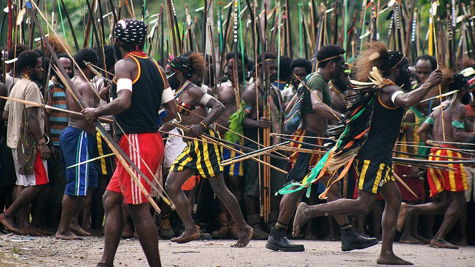 Tribo da aldeia Amole prepara ataque contra a aldeia Harapan na província de Papua, na Indonésia