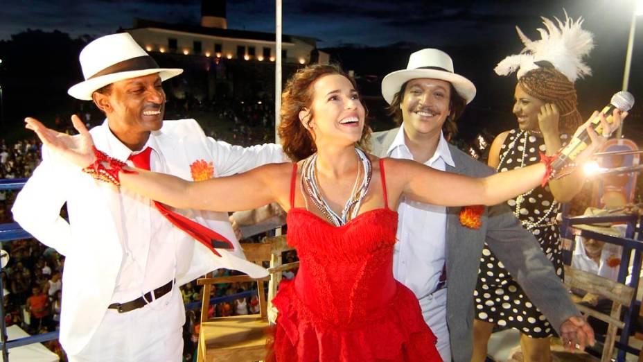 A cantora Daniela Mercury homenageou Jorge Amado, vestida de Dona Flor, em trio elétrico em Salvador, em 17/02/2012
