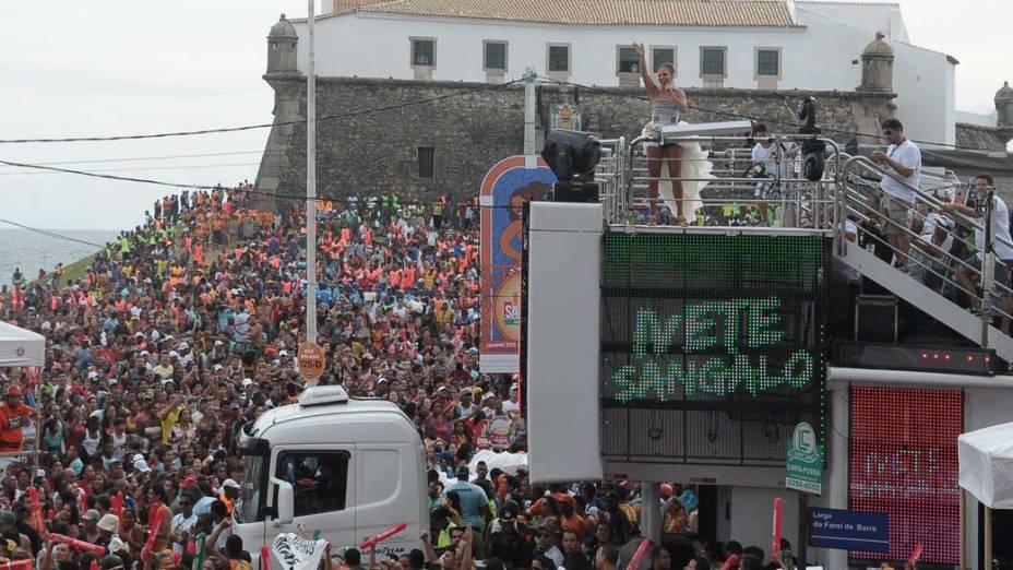 Ivete Sangalo no trio em Salvador, em 18/02/2012