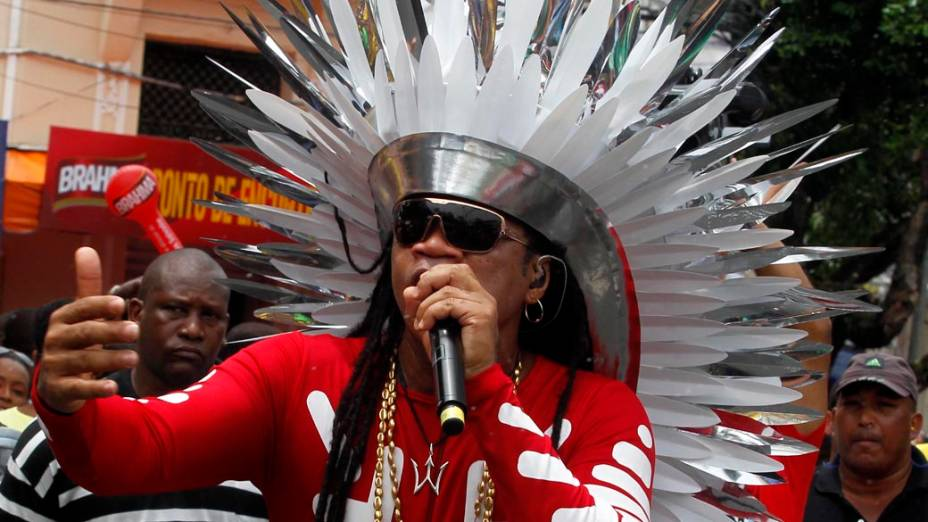 Carlinhos Brown e ex-integrantes da Timbalada fazem a festa do folião pipoca em Salvador, em 18/02/2012