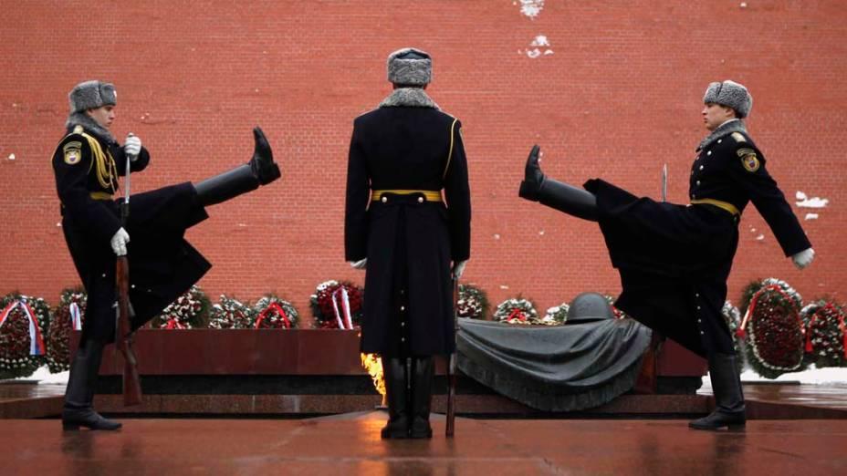 Troca de guardas diante do túmulo do soldado desconhecido no centro de Moscou, Rússia